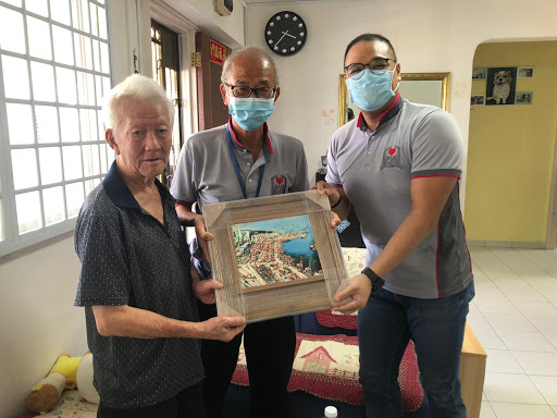 Ex-PSA Driver With Dementia Visited By Former Supervisor, Tears Up Upon Receiving Gift
