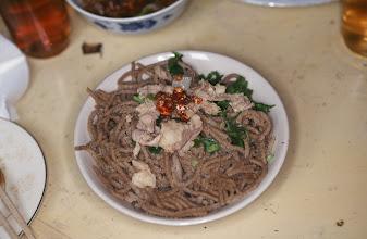 Photo: 03565 土城子/ユウマイの麺/セイロにホーロー床子で押し出し、蒸して羊肉のスープ、香菜、トウガラシの油漬けの薬味で食べる。