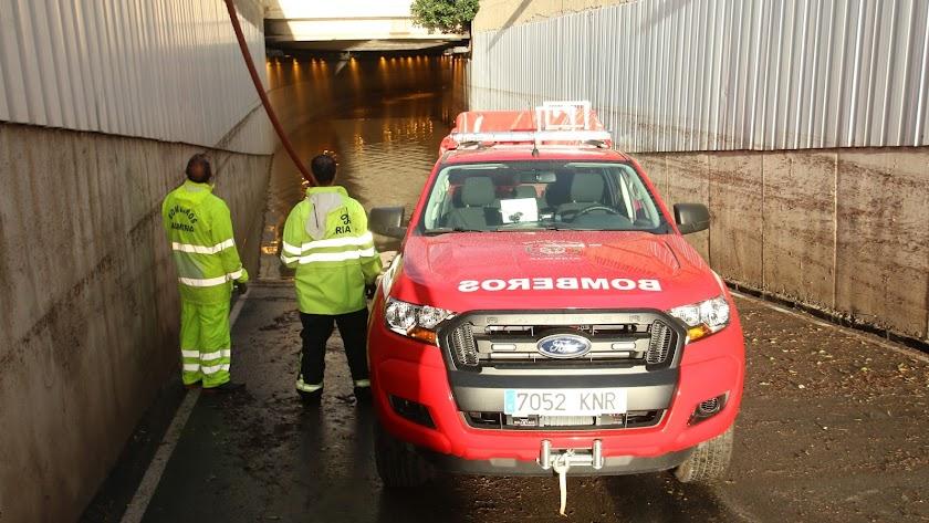 Los bomberos en el túnel inundado.
