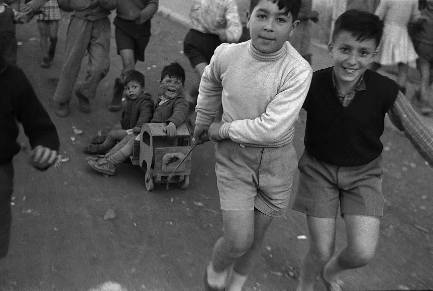 En 1957, unos niños de La Chanca juegan en el barrio sin saber que el hombre que se escondía tras de la cámara que los enfocaba los elevaría a la universalidad.