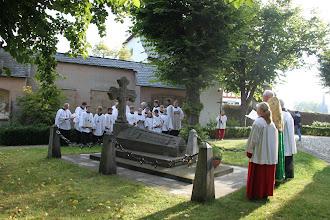 Photo: Søndag var vi til gudstjeneste i Kiedrich - vandring rundt om kirken, hvor vi mindes de døde