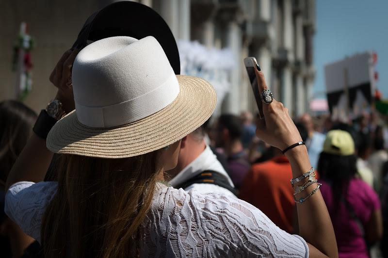 Hat and phone... di Mauro Rossi