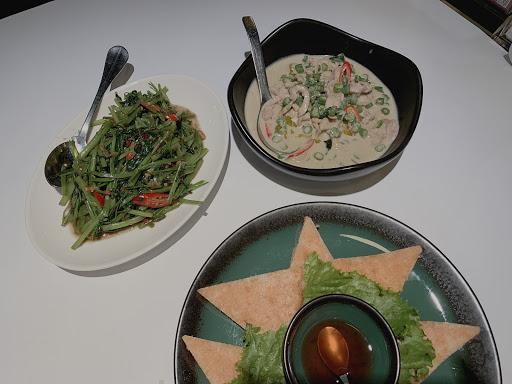 兩個人吃這樣的份量就非常飽了 泰國米好吃我吃了三碗😋  菜色的口味就還可以 天氣熱來逛逛的時候 不知道吃什麼可參考