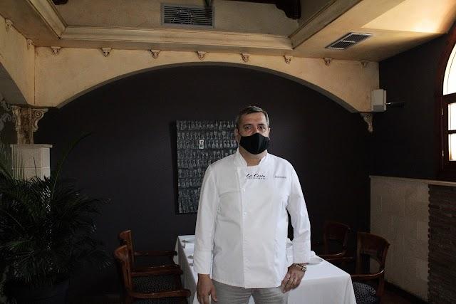 El chef José Álvarez, Estrella Michelín, en uno de los salones del Restaurante La Costa.