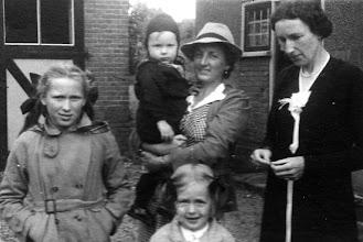 Photo: Cornelia Verkaik met kinderen: Everhardus Cornelis (op arm) Louise Petronella (vooraan)