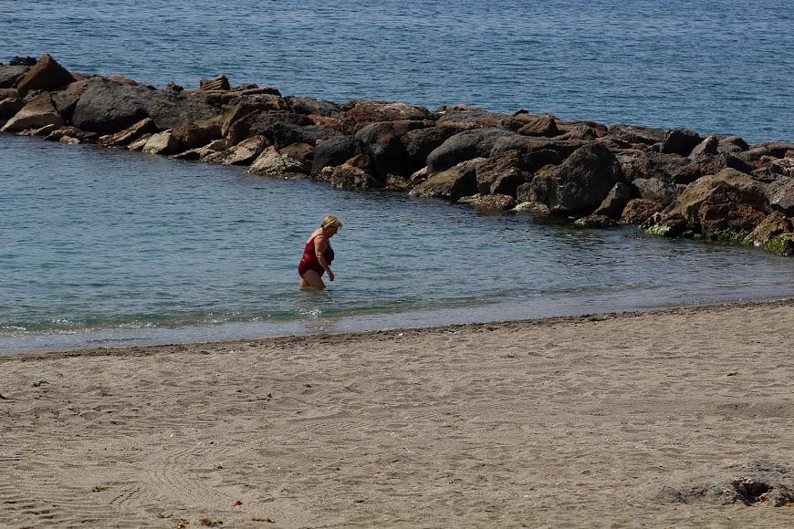 Bañándose en la Playa de la Térmica.