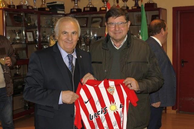 Alfonso García entregó una camiseta a Manos Unidas.