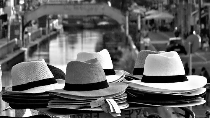 Cappelli in vendita sul naviglio di iento