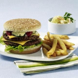 Cheeseburger mit Pommes und Cole Slaw