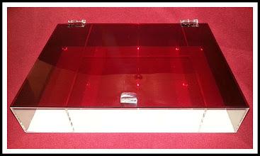 Photo: Caixa de maquiagem Modelo A-02, dimensões: 35 cm de comprimento x 25 cm de largura x 7 cm de altura. Fundo em acrílico branco, divisórias cristais e tampa em vermelho translúcido.  Solte sua imaginação: esta peça é somente referência e pode ser totalmente personalizada para você! *valores sofrem alterações, faça seu orçamento: Acrilico.LB@Gmail.com*