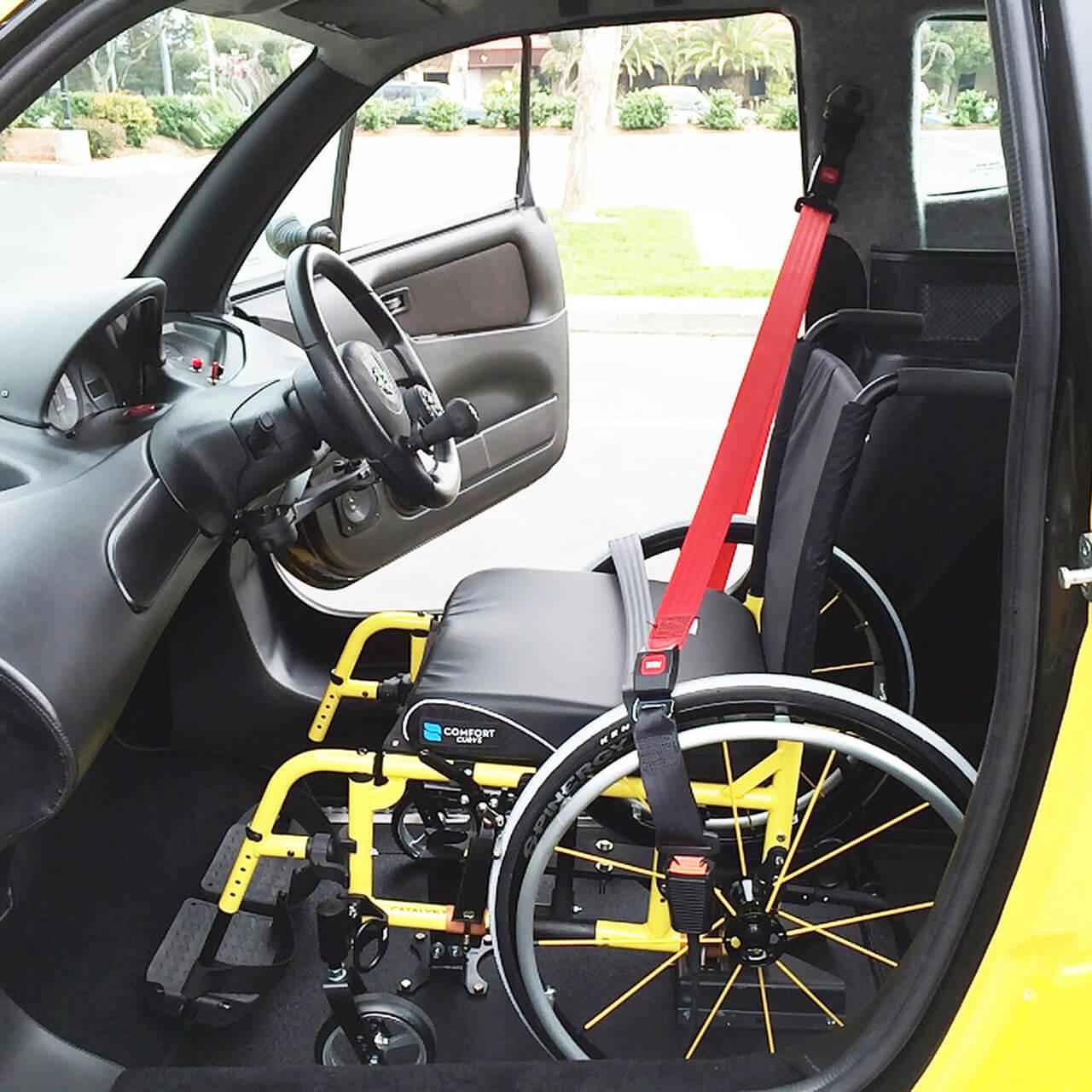 O Kenguru permite que o motorista conduza o veículo sem sair de sua cadeira de rodas (Fonte: Portal Acesse/Divulgação)