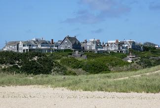 Photo: Nantucketin tyypillisen harmaita taloja