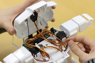 Photo: 胸パーツのカバーを閉じるときに、挟んでしまわないように「head」のケーブルもクセをつけて取り回しておきます。