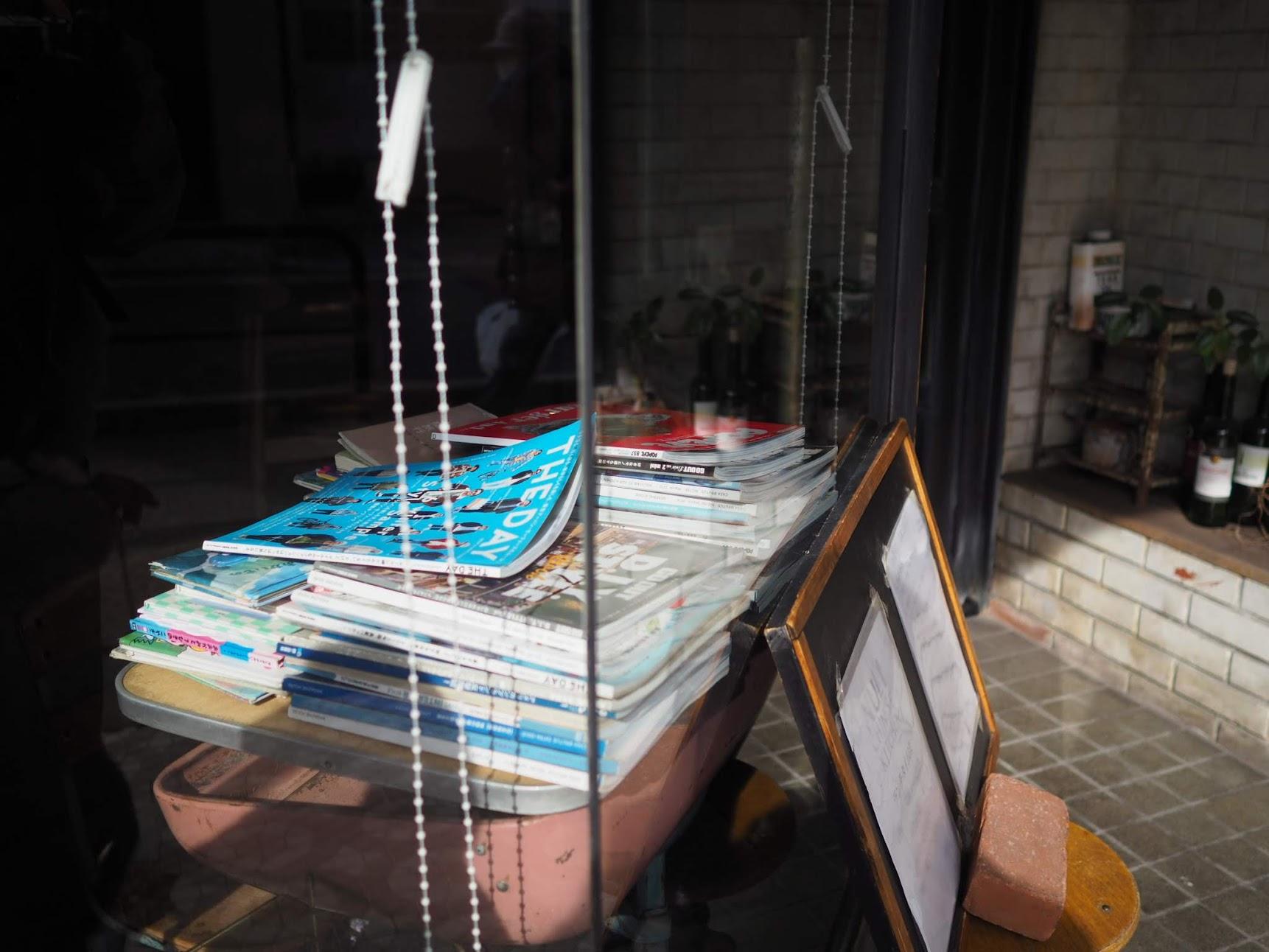 入り口の雑誌類