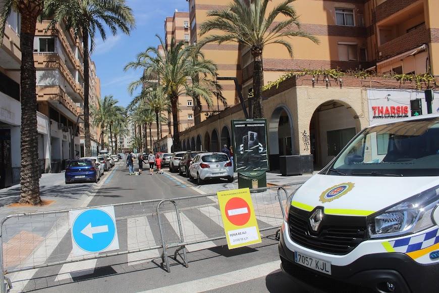 La Policía Local al inicio de la calle Artés de Arcos.