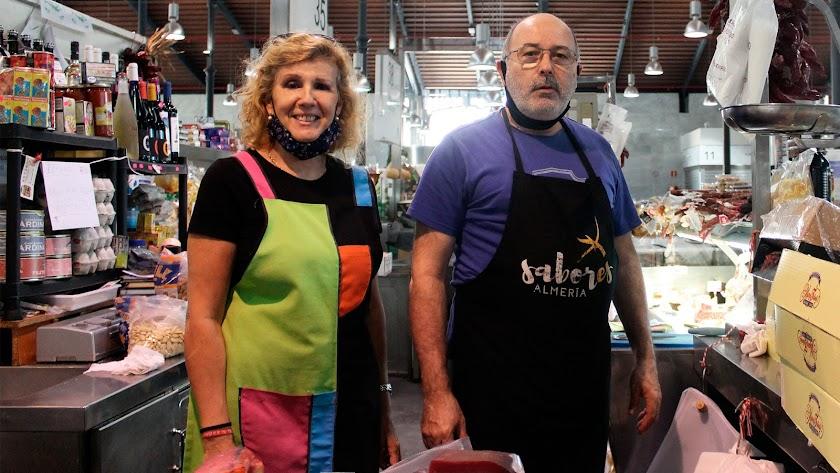 el puesto de  José Rumí y de María Morales, es uno de los pocos que abren por las tardes en el Mercado Central.