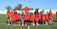 Los alumnos de la escuela en el campo de fútbol.