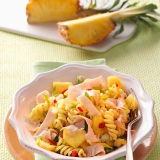 Curry-Nudelsalat mit Putenaufschnitt und Ananas