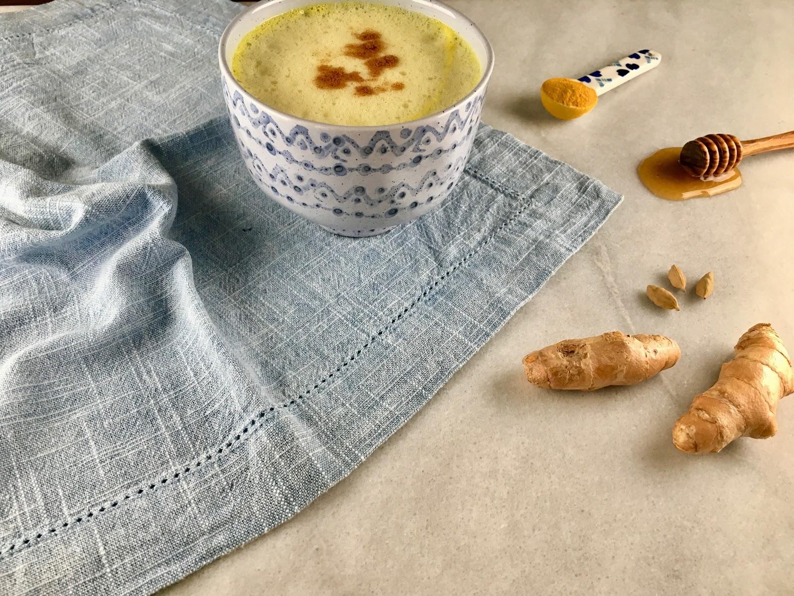 Kurkuma Latte in einer Bowl als Beispiel für Ernährung in Ayurveda