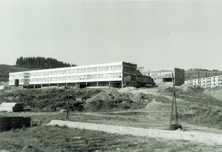 Photo: Pohľad na výstavbu budovy základnej školy. V 80- tych rokoch bola v našom meste len jedna základná škola a detí pribúdalo, vyučovalo sa na smeny. Po výstavbe tejto školy vychádzajúc zo štatistiky- školu navštevovalo až 1 200 deti .