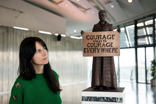 Gillian Wearing with Fawcett statue