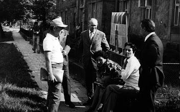Photo: czerwiec 1976 r.  przed szkoła w oczekiwaniu na otwarcie wystawy Maksymilian Suchoński,  Irena Hyży,  Bibianna Wyrwa, Konstany Sieliepin, Jan Święch, Stanisław Mastaj