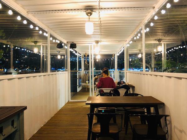 白色戀人貨櫃屋-高雄在地人帶路/愛河旁貨櫃屋/夜晚來會發亮/網美拍照/打卡景點