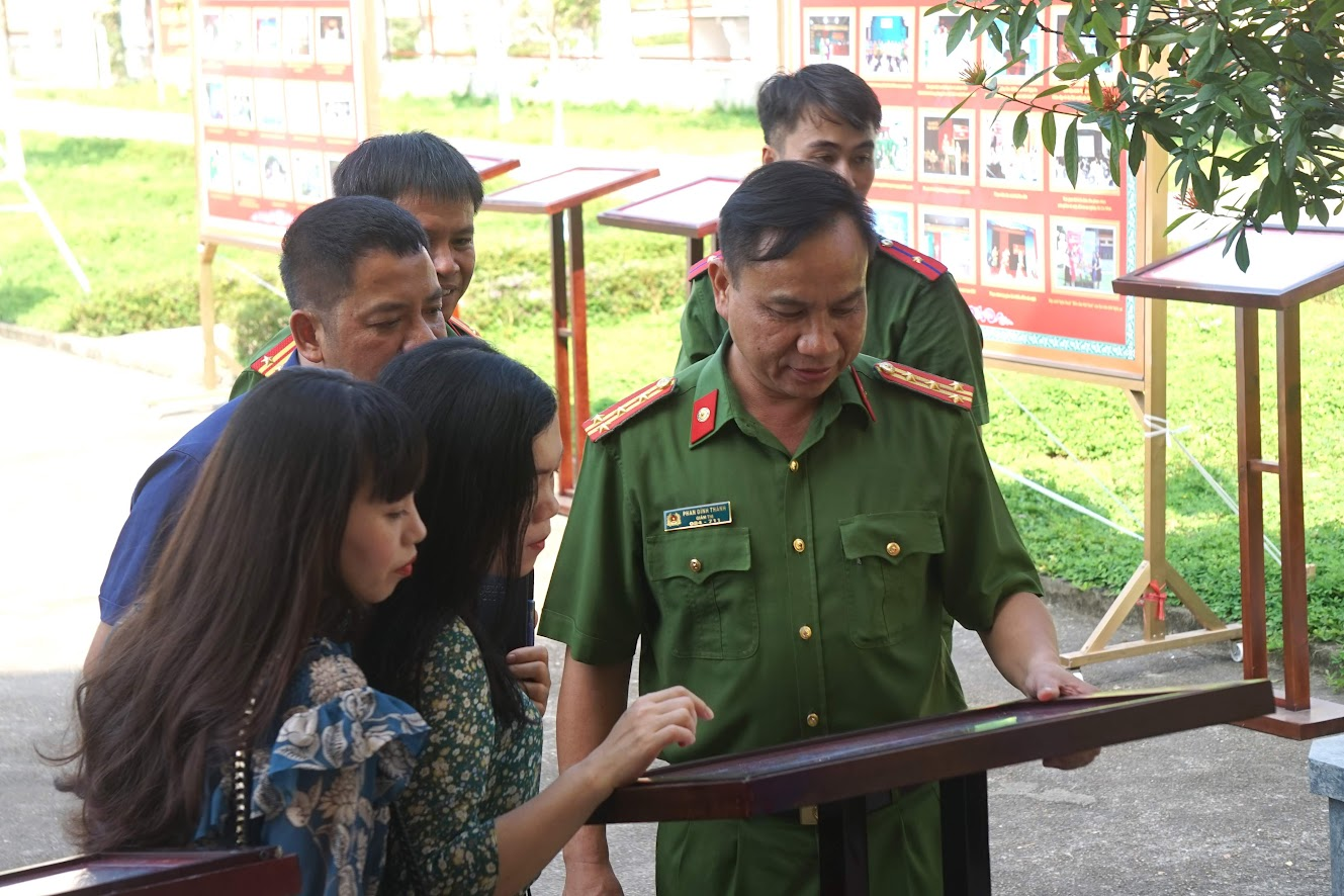 Đại tá Phan Đình Thành, Giám thị Trại giam số 3 giới thiệu với các đại biểu về các sản phẩm văn hóa đọc của phạm nhân