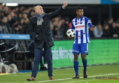 Le défenseur d'Heerenveen, Denzel Dumfries, s'est fait pincer les parties intimes