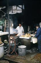 Photo: 11005 上海/自由市場/豆腐を揚げ、生アゲを作る