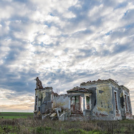 Was a mansion by Ovidiu Petrița - Buildings & Architecture Decaying & Abandoned