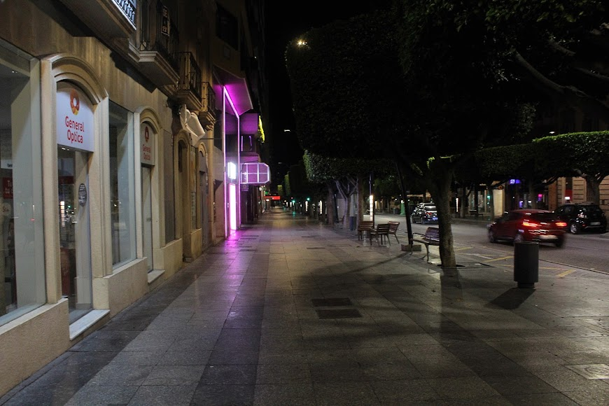 Soledad y silencio en el Paseo de Almería.