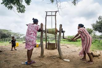 Photo: Sacando el agua - comunidad de Jawapiakat - Maicao