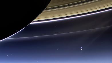 """Photo: Vom #Saturn aus gesehen nur winzige Punkte: Die Raumsonde """"Cassini"""" hat #Erde und #Mond fotografiert. Mehr zur Mission Cassini-Huygens http://www.dlr.de/dlr/desktopdefault.aspx/tabid-10398  (FW) Credit: NASA/JPL-Caltech/Space Science Institute"""