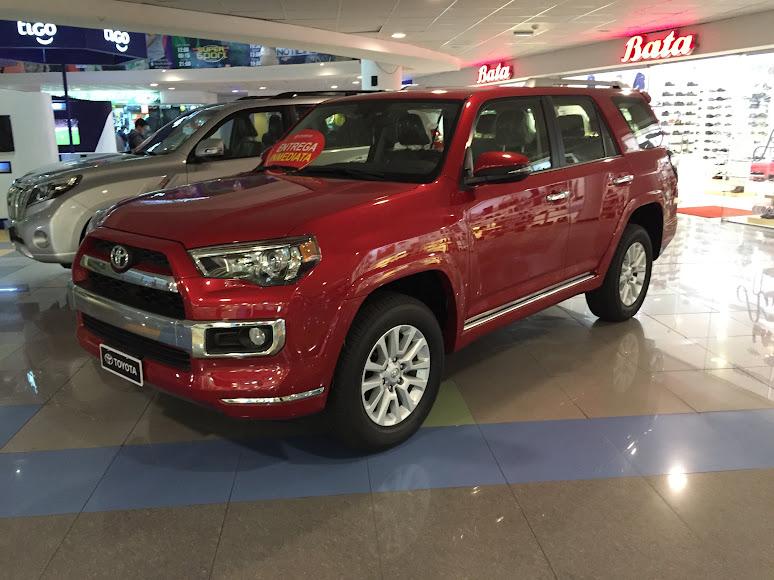 ラパスのショッピングセンターで売られている車