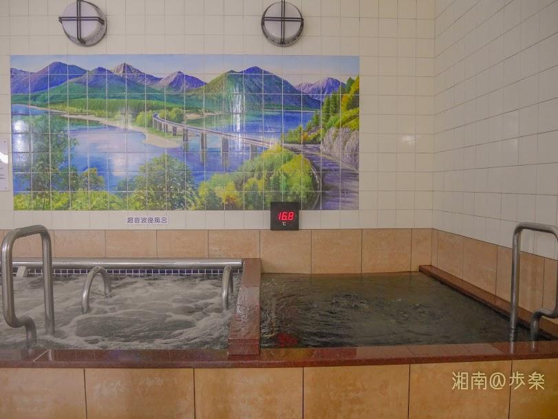 大人二人がゆったり入れる水風呂、サウナは有料で狭い・・・
