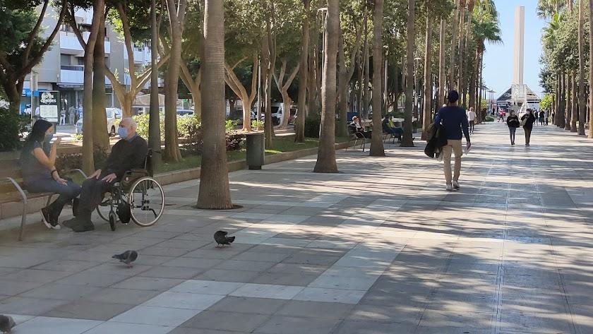 Gente paseando con mascarillas en la Rambla de Almería.