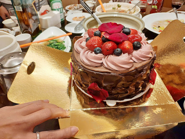 昨天生日聚餐吃到很美味的蛋糕 😋 位在捷運松江南京站的東京巴黎甜點 ✨ 東京生巧克力雪莓蛋糕 ✨ 包裝精美漂亮有質感好吃又好拍 😍 蛋糕上的玫瑰花瓣是有機栽培可食用 舒芙蕾可可蛋糕、野莓及當季水果