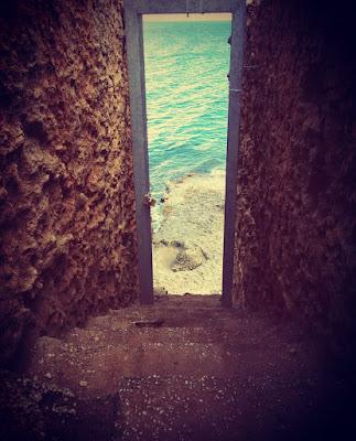 Una casa abbandonata con dentro il mare di barbara_barbie_urso