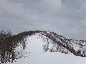 白い尾根が山頂まで続く