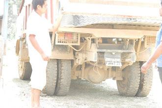 Photo: Camión con láminas de metal para las cabañas en la aldea de Khalte, distrito de Dhading.
