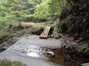 丸太橋を渡ると登山開始(渡った先から撮影)