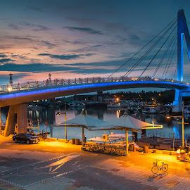夜色,緩緩地掠過光橋;燈火闌珊下的腳踏車,也靜靜地靠著。。。夏夜氣息正撲面而來,只想細細地欣賞,用心地品味 by Gary Lu - Buildings & Architecture Bridges & Suspended Structures ( bridge, gary lu )