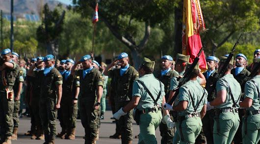 La bandera nacional entra en el patio de armas de la base de Viator.