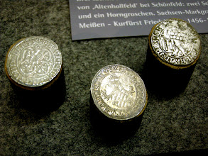 Photo: Mitte: Ein sächsischer Horngroschen von 1468 mit behelmtem sächsisch/thüringischem Wappen  - Dm. 28 mm. Rechts ein Schwertgroschen: Rückseite mit aufrechtem Löwen und Landsberger Pfahlschild - Kurfürst Friedrich II. und Kurfürstin Margarete (1456-1464, 1463- …); Dm. 28 mm. Links erkennt man bei dem Vergleichsstück (aus dem Münzhandel) oben gut die Meißener Schwerter. [http://www.landschaftsmuseum.de/Seiten/Aktuell/Muenzen-Fuerstengroschen.htm]