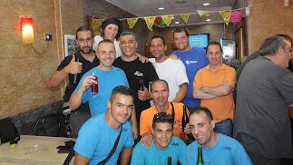 Vicente Ortega junto a amigos en la celebración aniversario.