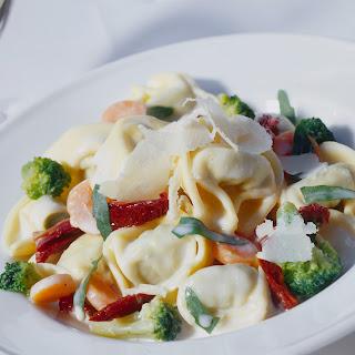 Tortelloni mit Rucola und Tomaten