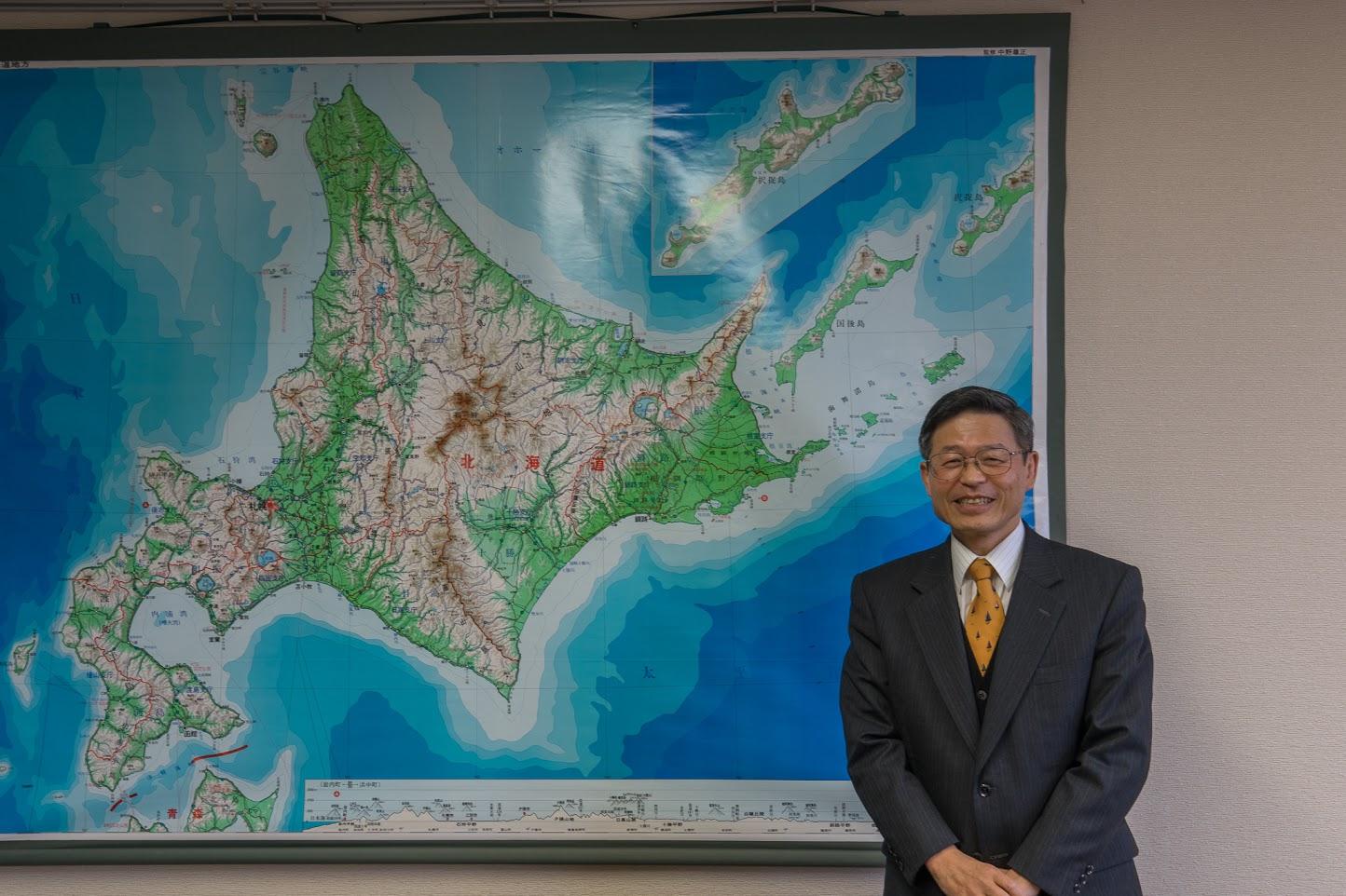 北海道地図をバックに記念撮影