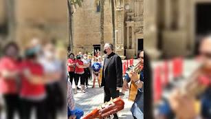 El obispo coadjutor de Almería, con la Hermandad del Rocío.