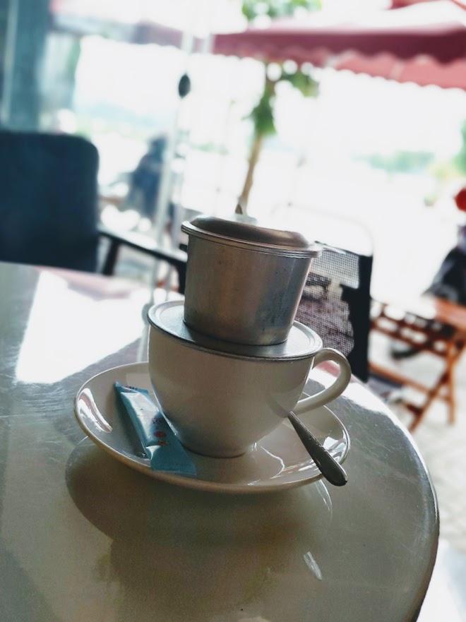 Cà phê phin ở MAY không dùng ly thủy tinh mà dùng ly sứ trắng, đĩa trắng